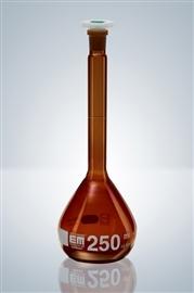 Kolba miarowa z korkiem z tworzywa sztucznego i certyfikatem serii, klasa (szkło oranż)